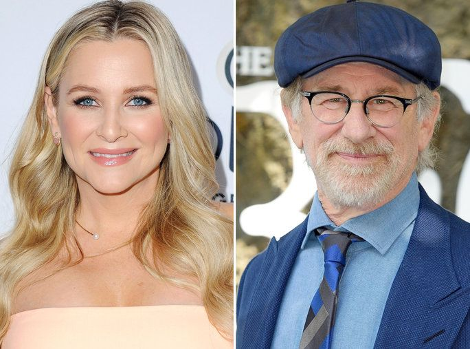 स्टीवन Spielberg and Jessica Capshaw