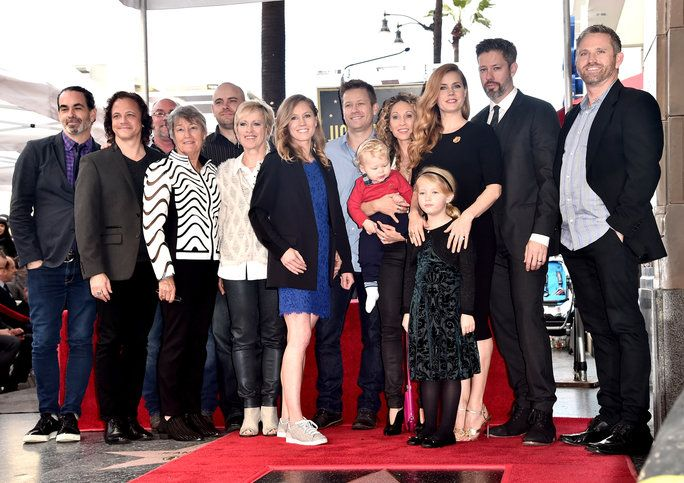 हॉलीवुड, CA - JANUARY 11: Actress Amy Adams (3rd L) and family attend Amy Adams' star ceremony on the Hollywood Walk of Fame on January 11, 2017 in Hollywood, California. (Photo by Alberto E. Rodriguez/Getty Images)