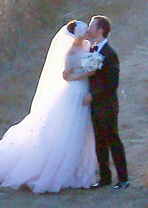 ชื่อเสียง Wedding Photos - Anne Hathaway and Adam Shulman