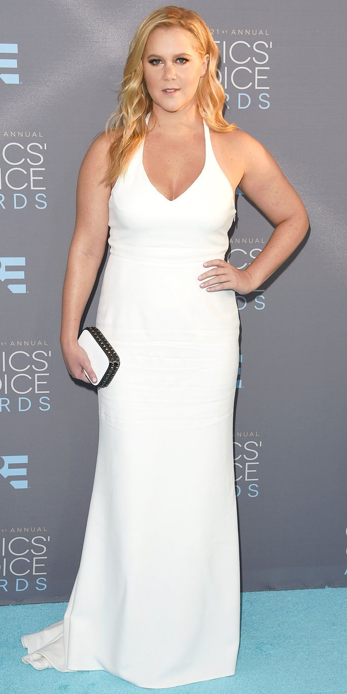 นักแสดงหญิง Amy Schumer attends the 21st Annual Critics' Choice Awards at Barker Hangar on January 17, 2016 in Santa Monica, California.