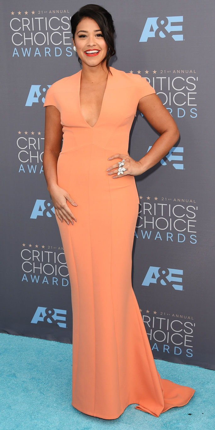 นักแสดงหญิง Gina Rodriguez attends the 21st Annual Critics' Choice Awards at Barker Hangar on January 17, 2016 in Santa Monica, California.