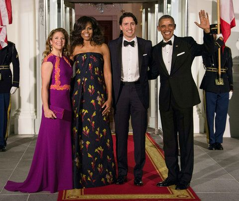 เรา President Barack Obama (R), Canadian Prime Minister Justin Trudeau (2nd R) and their wives Michelle Obama (2nd L) and Sophie Gregoire Trudeau (L) pose u[pon the Trudeau's arrival for a State Dinner in their honor at the White House in Washington, DC, o