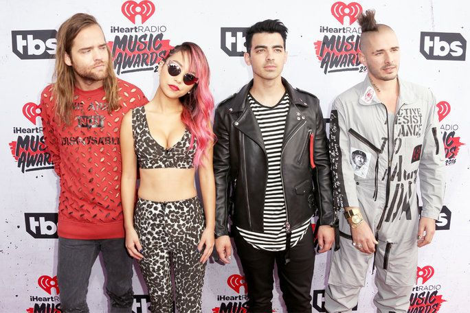โจ Jonas and his band DNCE