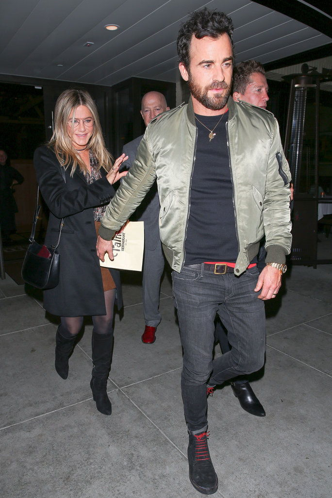 जेनिफर Aniston and husband Justin Theroux enjoy a romantic date night out at The Palm restaurant in Beverly Hills. Jennifer has a huge smile on her face as she leaves with her man. Justin reaches back for her, and they hold hands as they head to the car