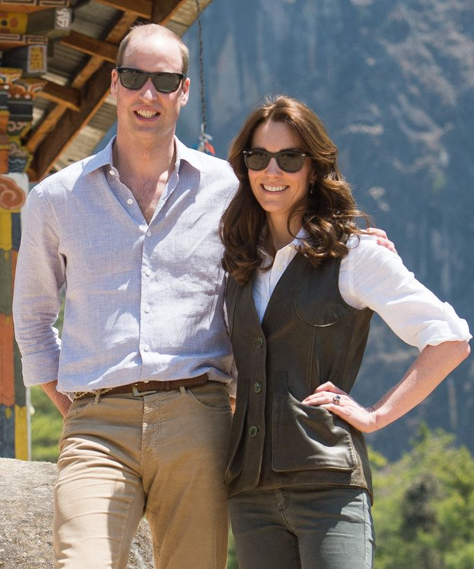 कैथरीन, Duchess of Cambridge and Prince William, Duke of Cambridge pose together as they hike to Paro Taktsang, the Tiger's Nest monastery on April 15, 2016 in Paro, Bhutan.