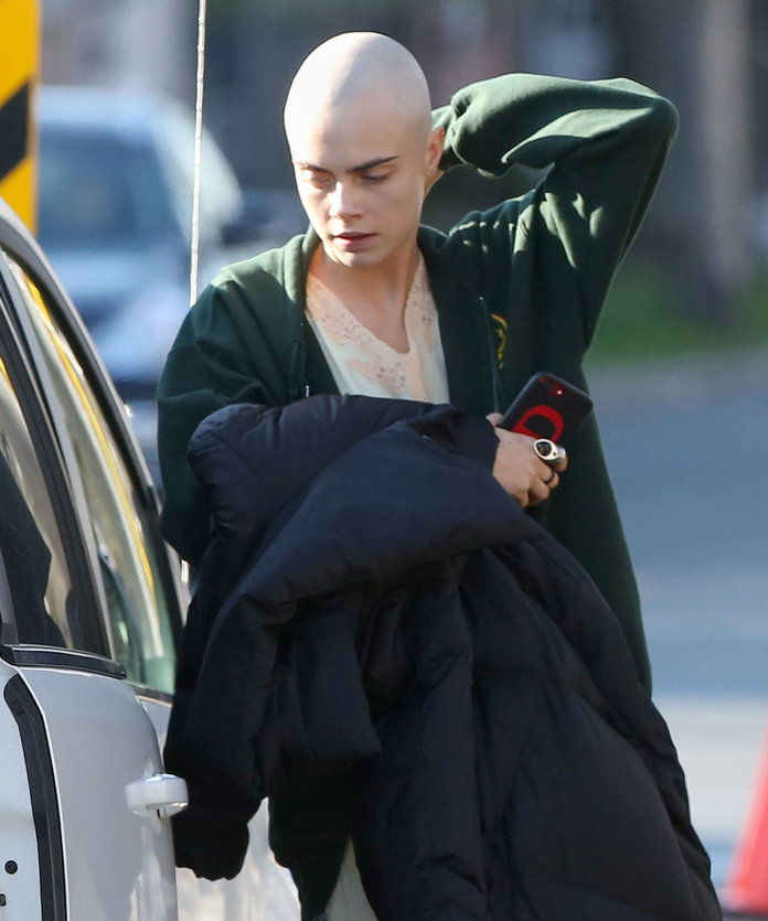 คาร่า Delevinge Shaved Head - EMBED