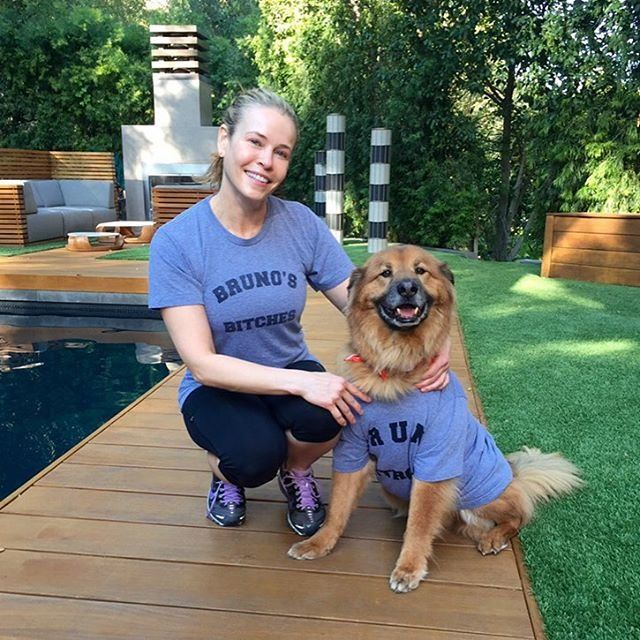 เมื่อ Chunk and Chelsea set new matching goals for mom-dog duos everywhere.