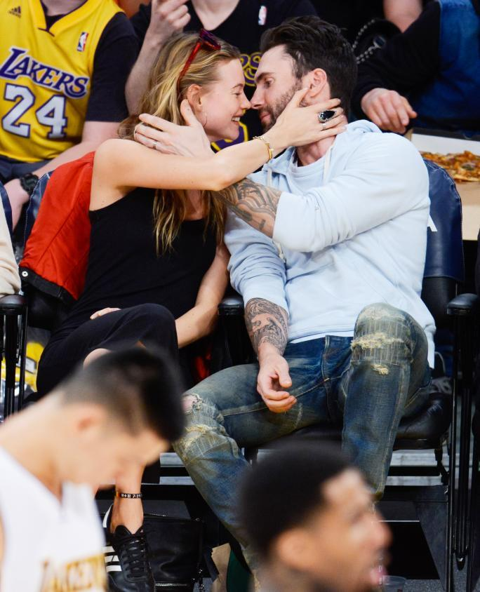 हस्तियाँ At The Los Angeles Lakers Game