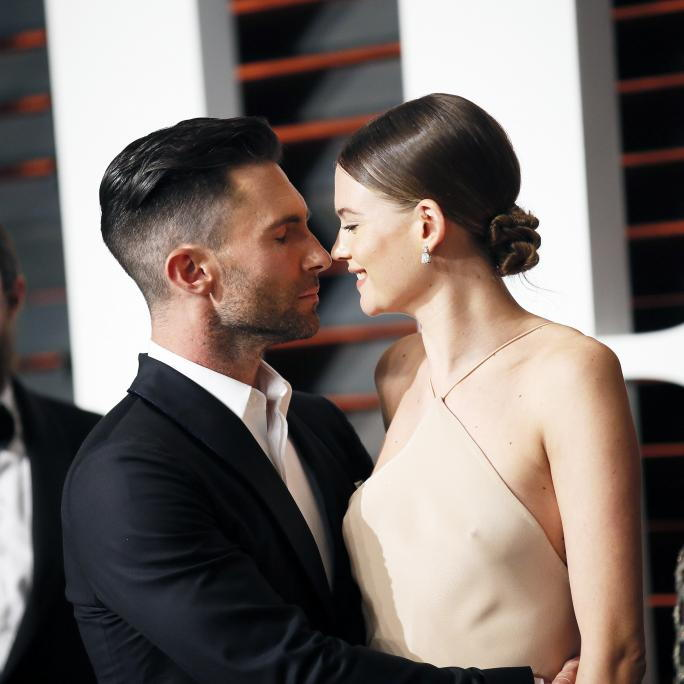 एडम LEVINE AND WIFE, BEHATI PRINSLOO, ARRIVE AT THE 2015 VANITY FAIR OSCAR PARTY IN BEVERLY HILLS