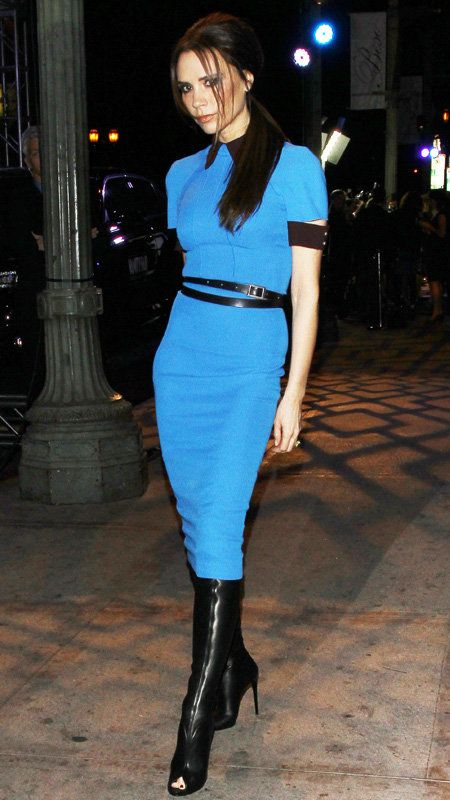 विक्टोरिया Beckham in blue dress with black trim and open-toe black boots