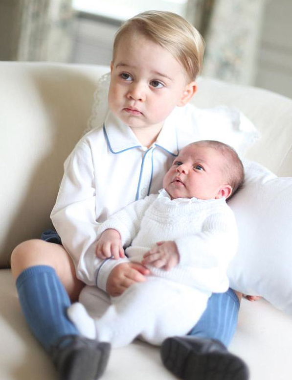 राजकुमारी Charlotte Gets Serious With Prince George