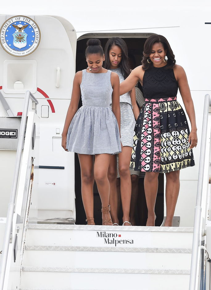 प्रथम Lady Michelle Obama arrives with daughters Malia Obama (C) and Sasha Obama (L) at Malpensa Airport on June 17, 2015 in Milan, Italy.