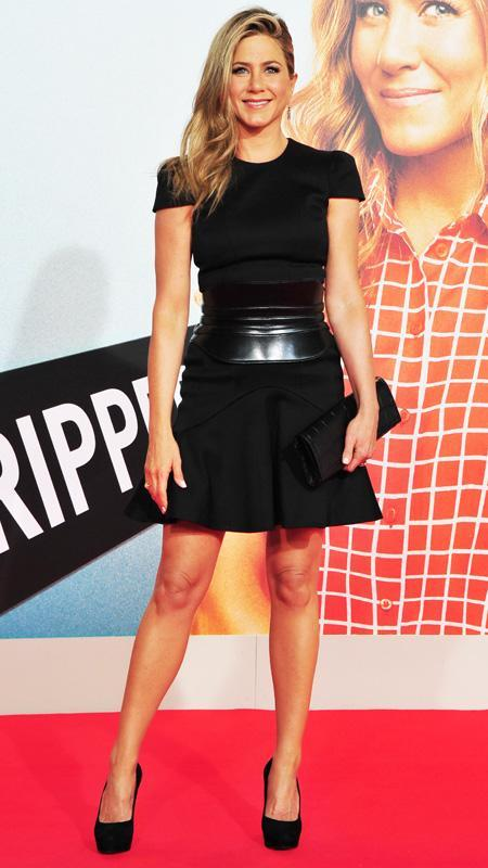 जेनिफर Aniston little black dress with sleeves