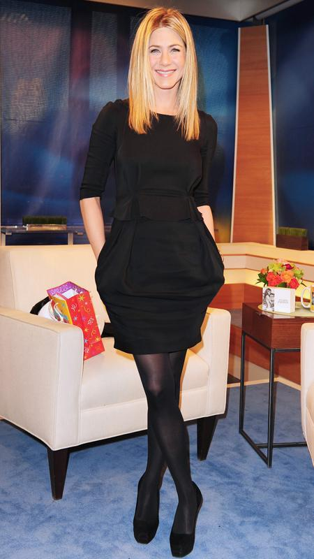 जेनिफर Aniston little black dress and black tights