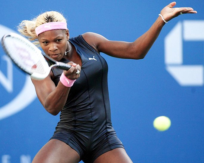 सेरेना Williams of the US hits a forehand to Linds