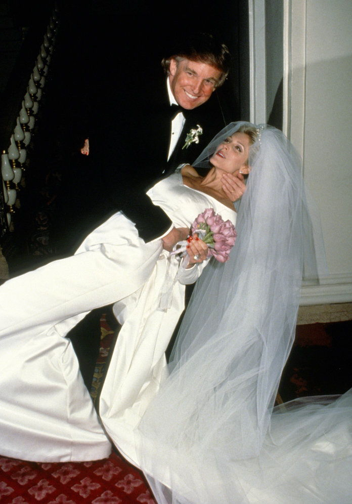 नया YORK, NY - CIRCA 1993: Donald Trump and Marla Maples Wedding at The Plaza Hotel circa 1993 in New York City. Please note the placement of Donald's hand.(Photo by Images Press/IMAGES/Getty Images)