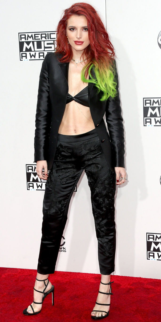 अभिनेत्री Bella Thorne attends the 2016 American Music Awards at Microsoft Theater on November 20, 2016 in Los Angeles, California.