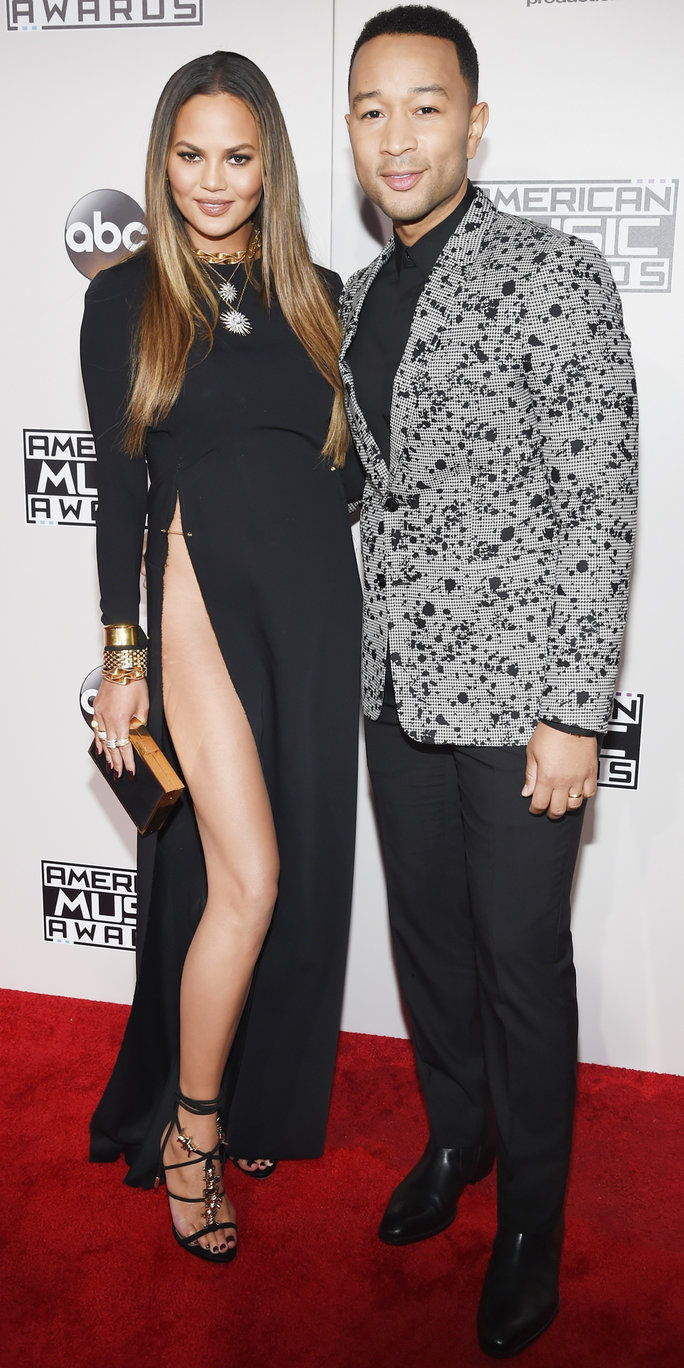 आदर्श Chrissy Teigen (L) and singer-songwriter John Legend attend the 2016 American Music Awards at Microsoft Theater on November 20, 2016 in Los Angeles, California.