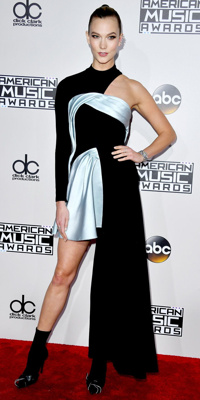 आदर्श Karlie Kloss poses in the press room during the 2016 American Music Awards at Microsoft Theater on November 20, 2016 in Los Angeles, California.