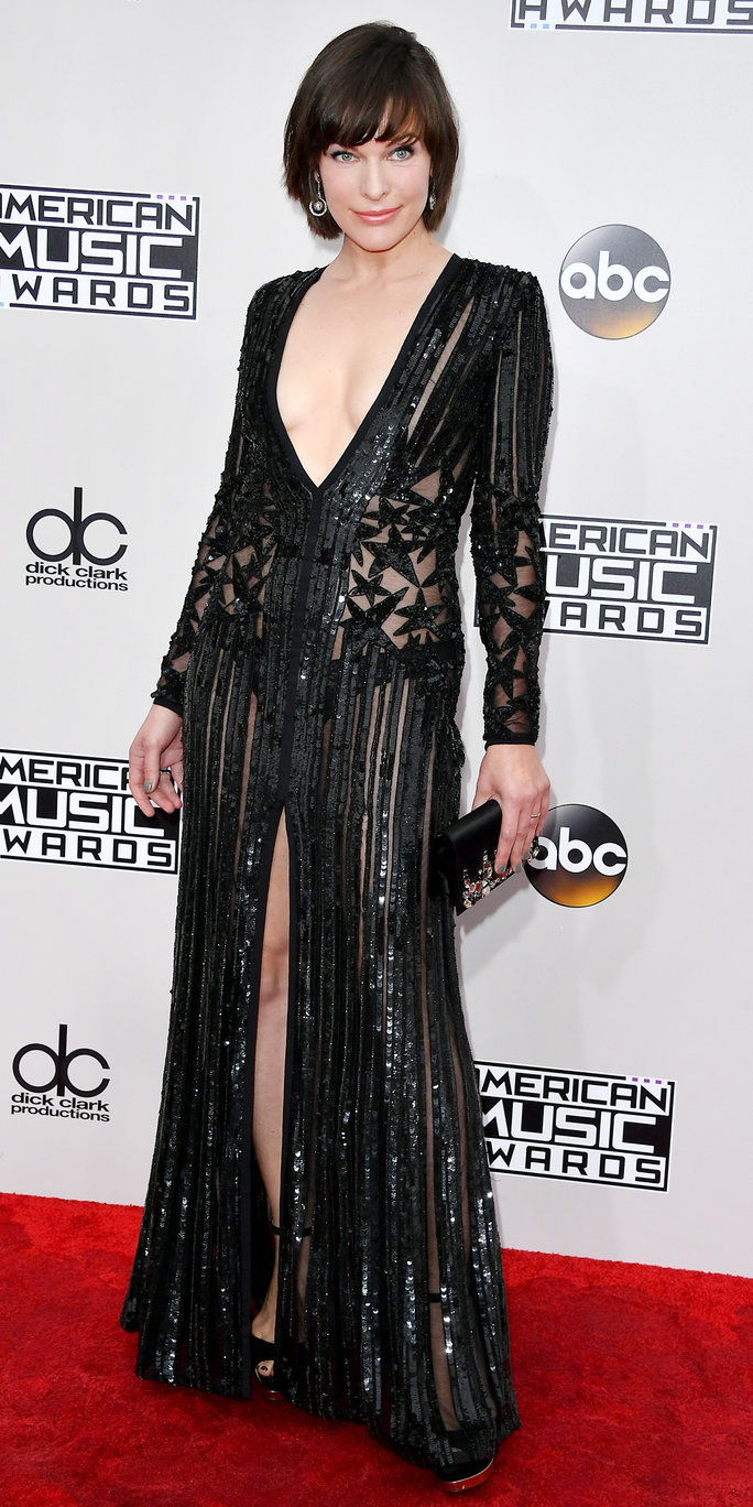 अभिनेत्री Milla Jovovich attends the 2016 American Music Awards at Microsoft Theater on November 20, 2016 in Los Angeles, California.