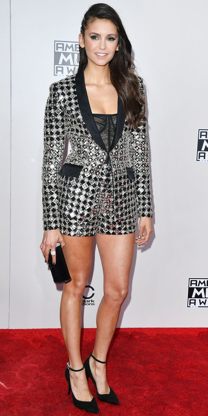 अभिनेत्री Nina Dobrev attends the 2016 American Music Awards at Microsoft Theater on November 20, 2016 in Los Angeles, California.