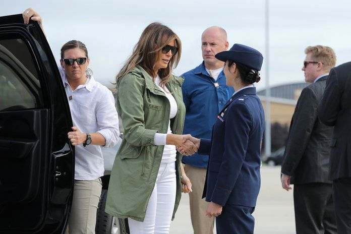 प्रथम Lady Melania Trump Visits Immigrant Detention Center On U.S. Border