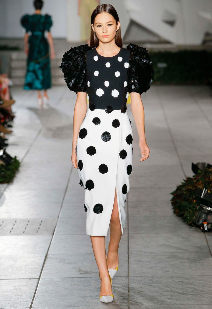 อ้วน Sleeves at Carolina Herrera